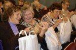 """""""Limbažu fonds"""" vientuļos seniorus aicina uz izrādi un dāvā Lieldienu paciņas"""