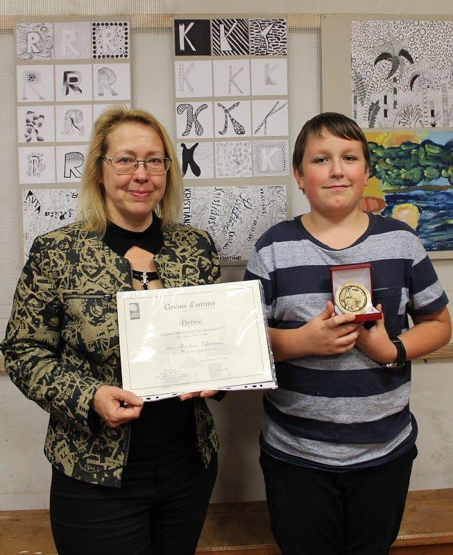 S.Lagzdiņa un M.Jefremovs ar UNESCO diplomu un medaļu