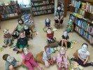 """Programmas """"Grāmatu starts"""" dalībnieki iepazīstas ar savu bibliotēku"""
