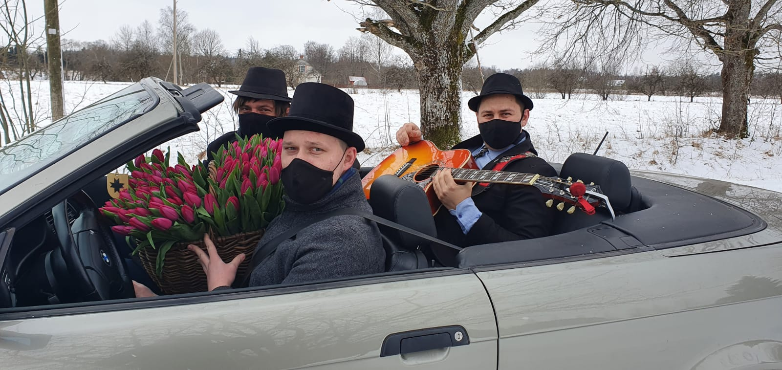 Sieviešu dienai par godu Staiceles dāmas tika iepriecinātas ar ziediem